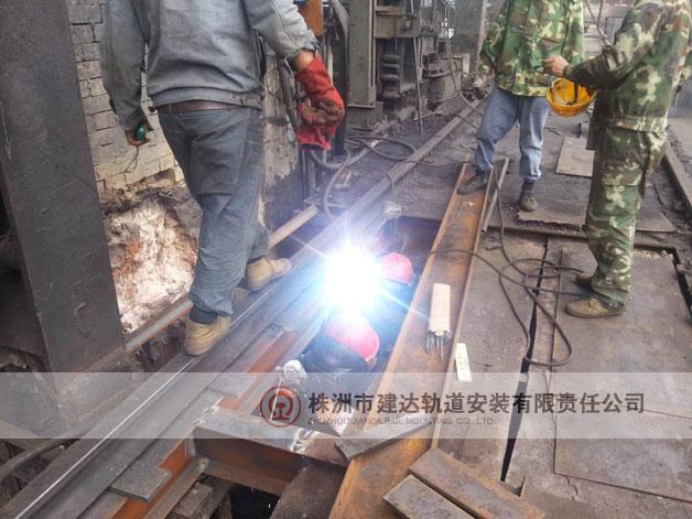 钢轨焊接现场 美丽的电焊花
