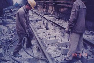 1999年熄焦车轨道基础施工现场-凿基础