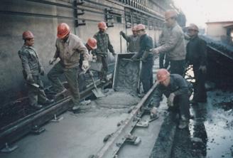 原熄焦车轨道不停产施工中-浇筑基础